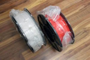 Ein Blick hinter die Spule: gute Wicklung und 2 Löcher für abstehendes Filament.